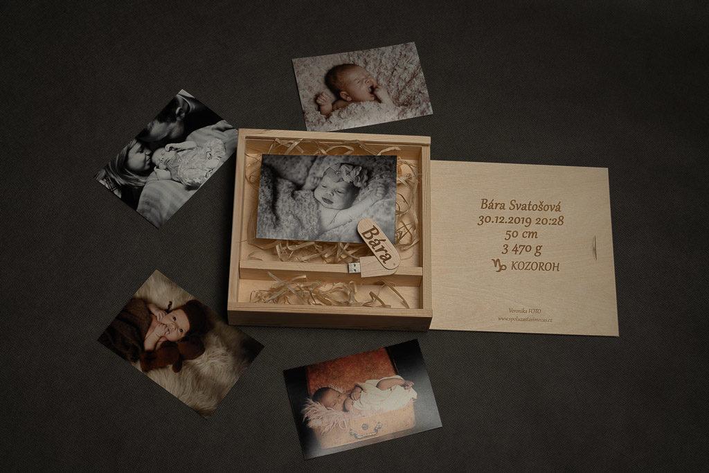 gravírovaná dřevěná krabička na fotografie
